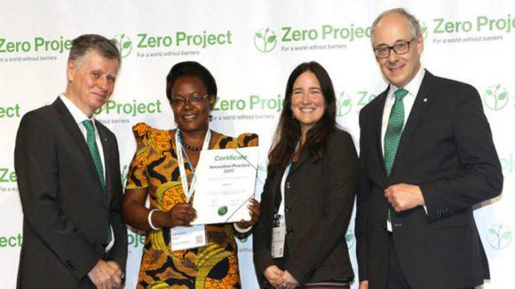 Medlemmer av Zero Project holder sin pris.