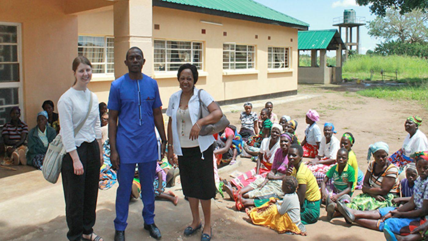 Moa, dr. Zulu og Glenda treffer pasienter som venter på å få undersøkt øynene i Mwase.