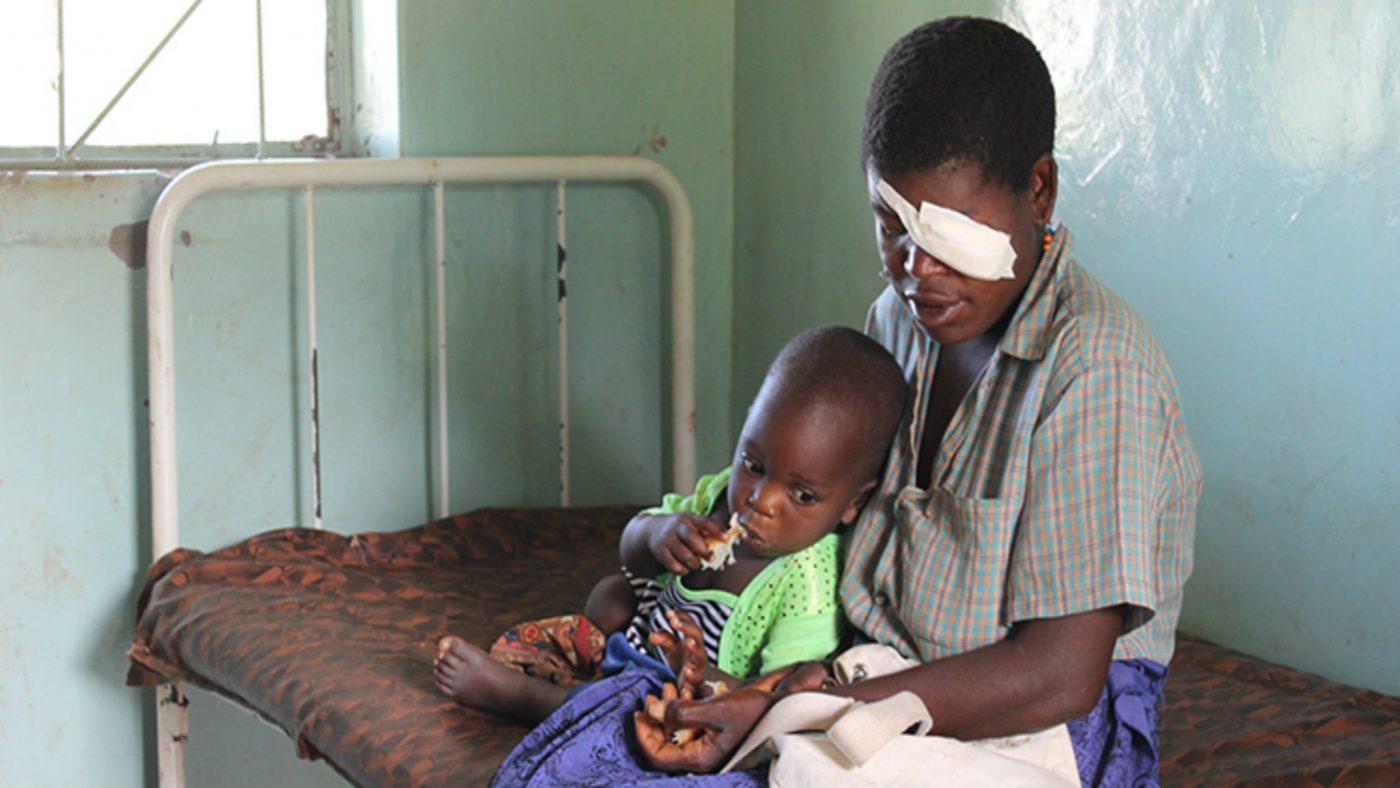Christina Zulu og hennes to år gamle sønn.