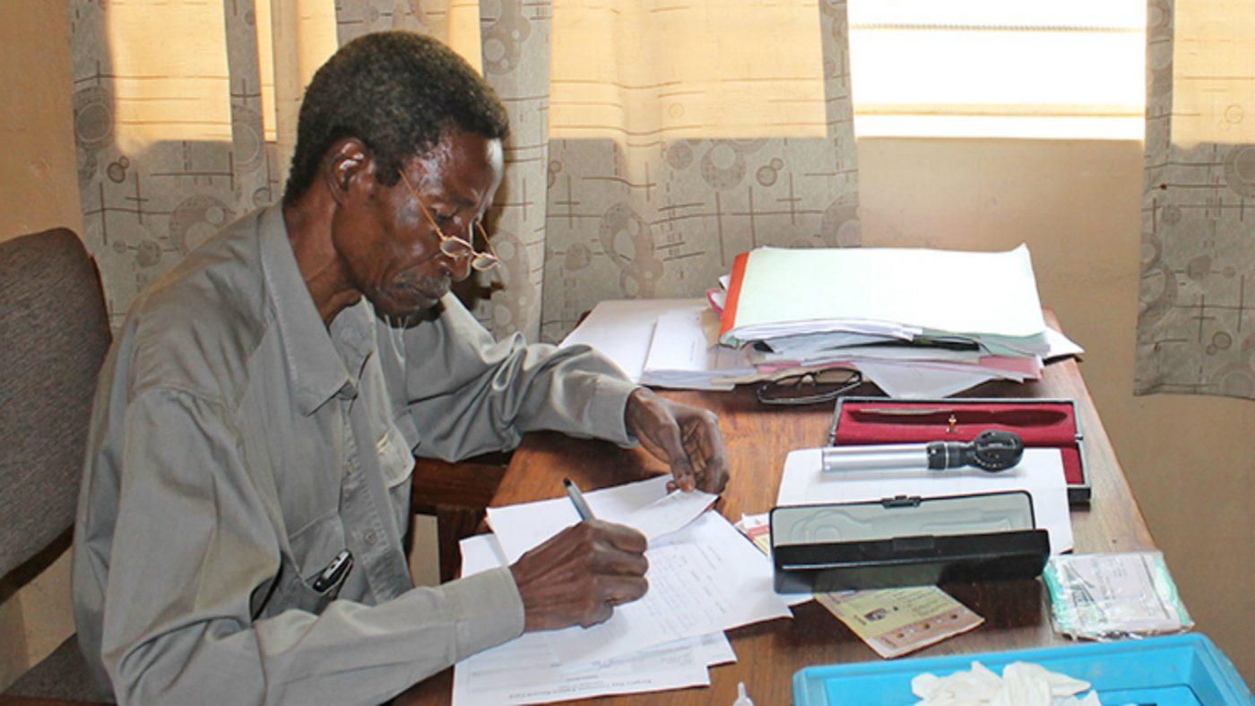 Grå stær og TT-kirurg Limwanya.