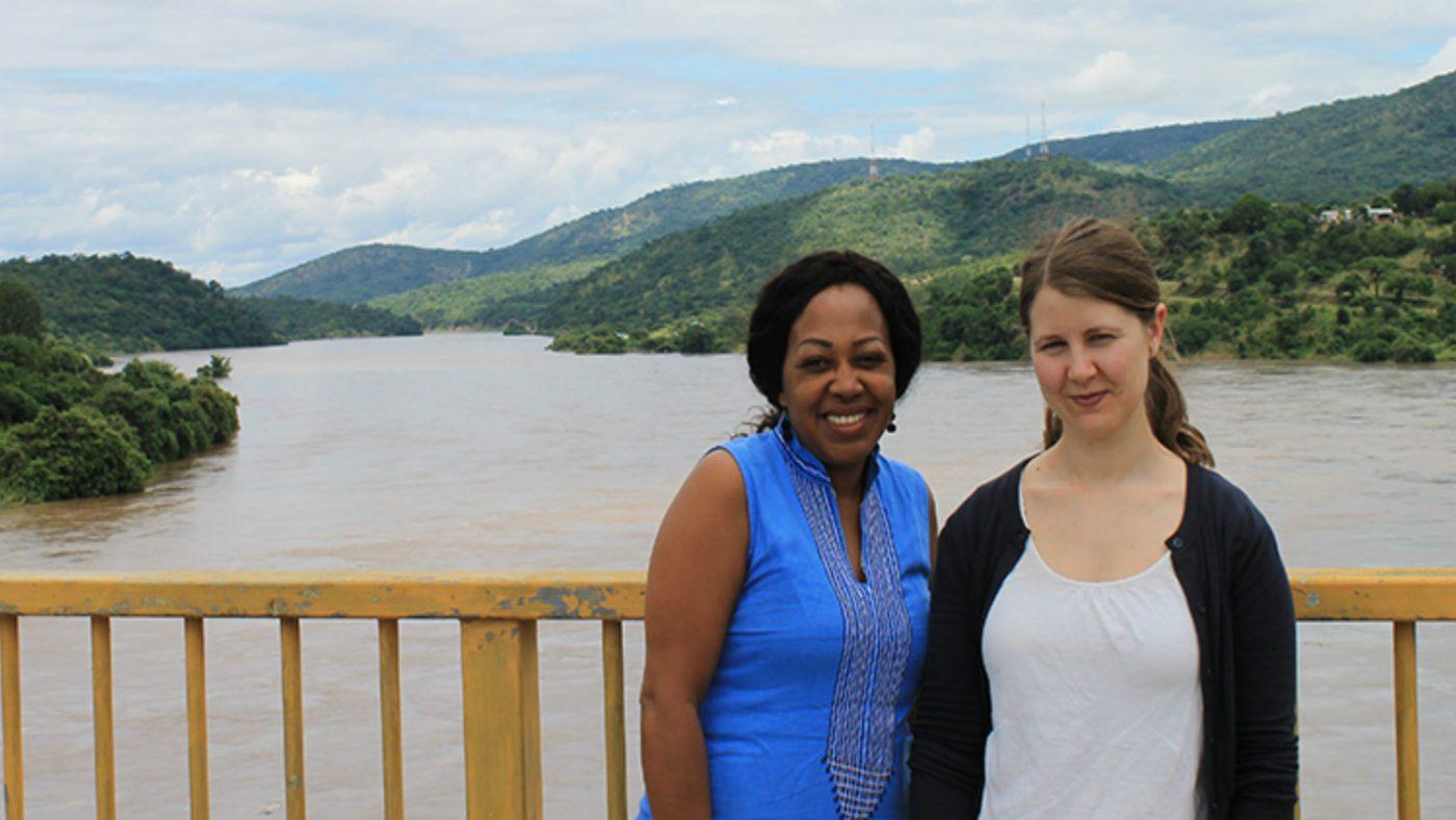 Glenda og Moa ved elven Lwangwa.