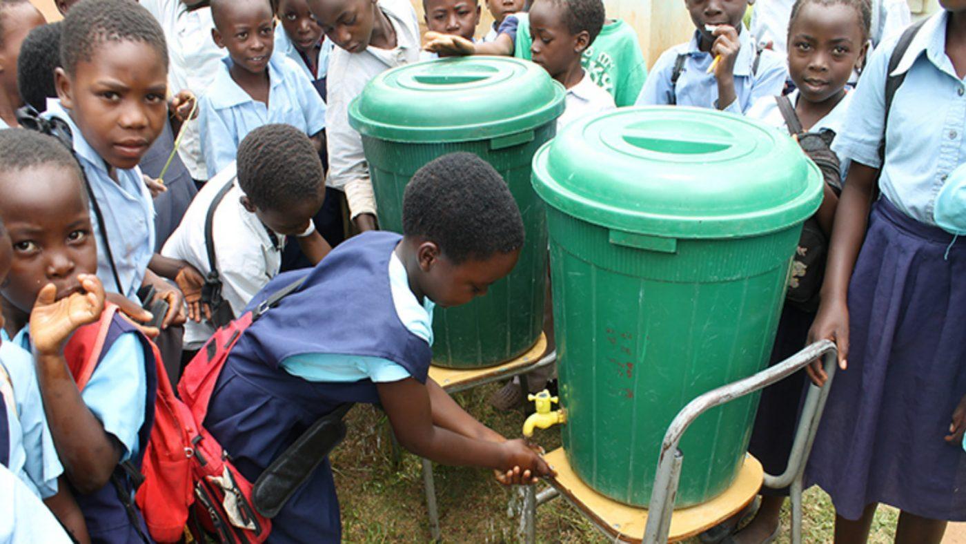 Barn som vasker hender på Mwase grunnskole.