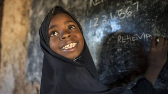 En jente smiler i skolen.