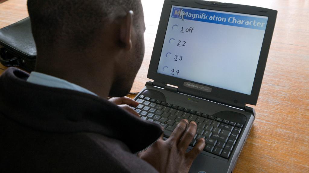 En mann jobber på en bærbar datamaskin.