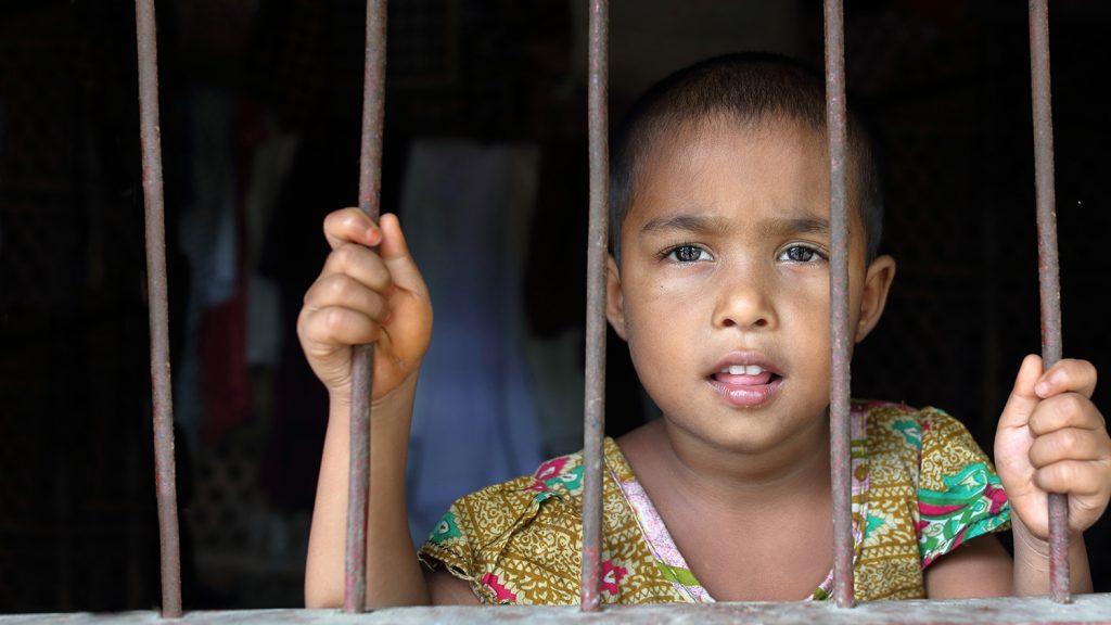 Aklima holder seg fast i en av bølgebryterne ved vinduet i hjemmet hennes.