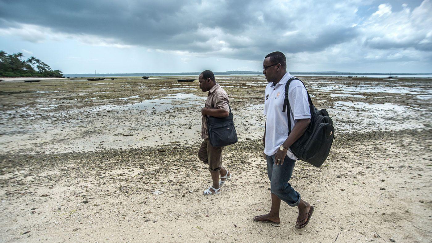Doktor Rajab reiser til Tumbatu Island i Zanzibar, for en dag med øyeundersøkelser.