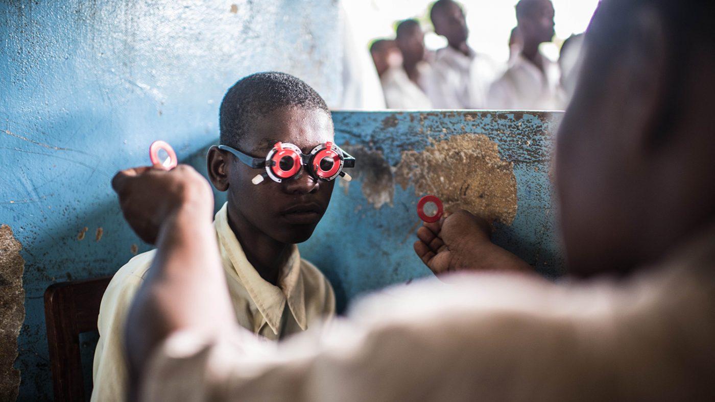 En elev får øynene undersøkt for tilpassing av briller.