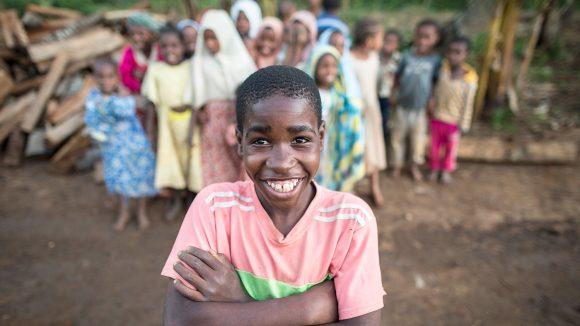 En gutt smiler mot kamera.