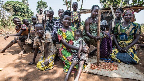 Monica met sin familie i Uganda.
