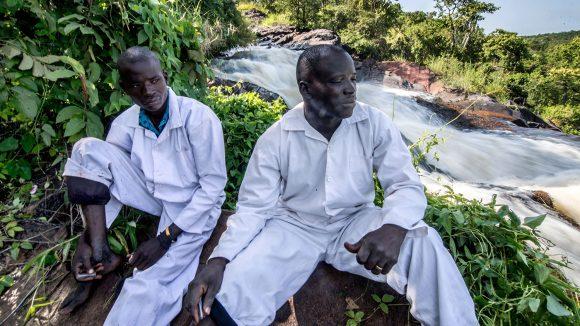 To feltarbeidere tar en pause ved siden av Agogo-eleven i Uganda.