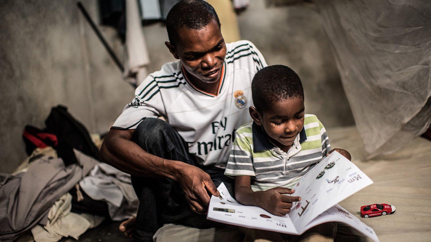 Saidi peker på et bilde i en bok med faren sin.