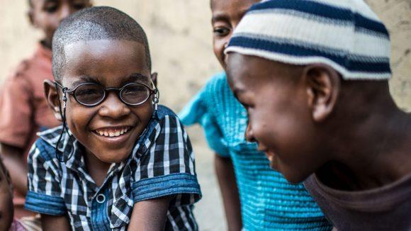 Saidi smiler mot kameraet i sine nye briller.