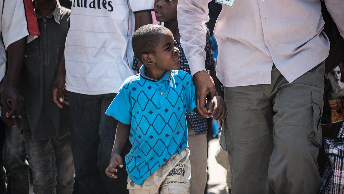 Saidi holder farens hånd idet de ankommer fra Pemba Island omringet av en stor folkemengde
