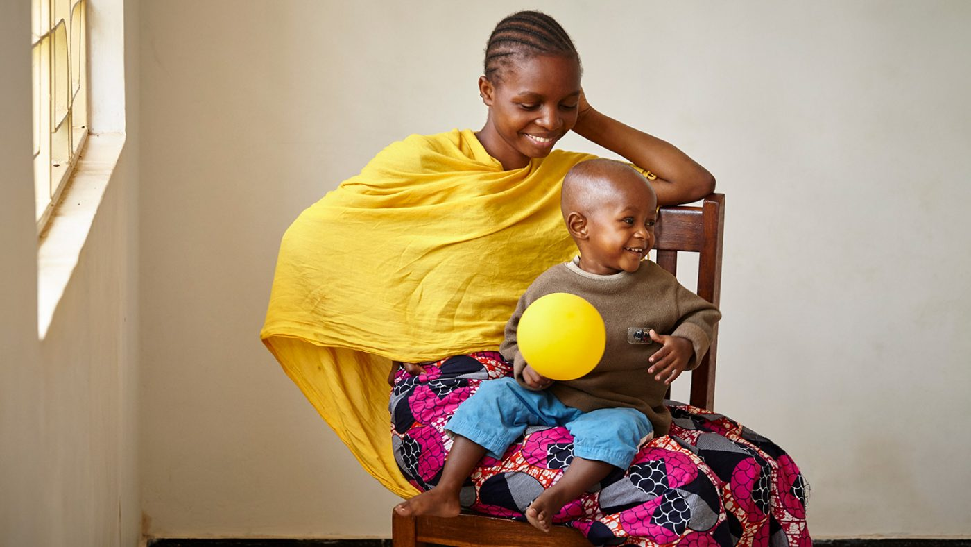 en barn spiller med ballongen.