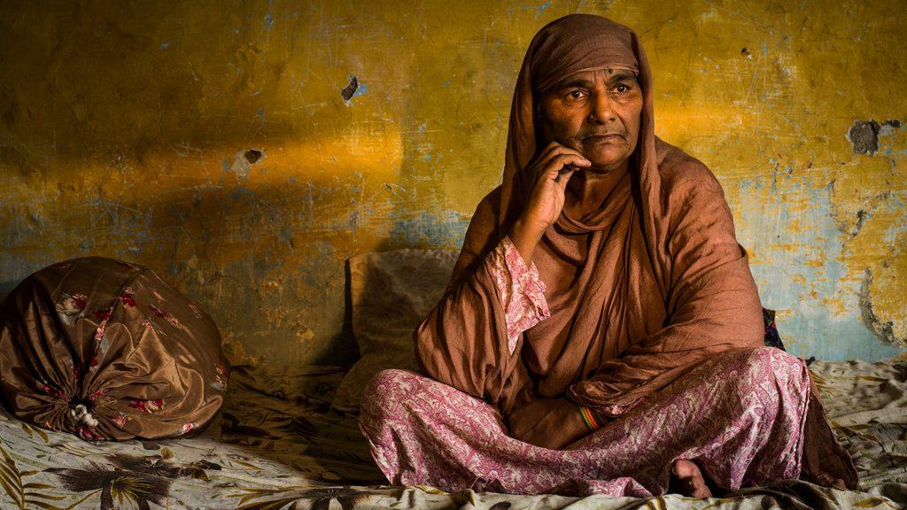 Zamurrad sitter alene i hjemmet sitt i Pakistan.