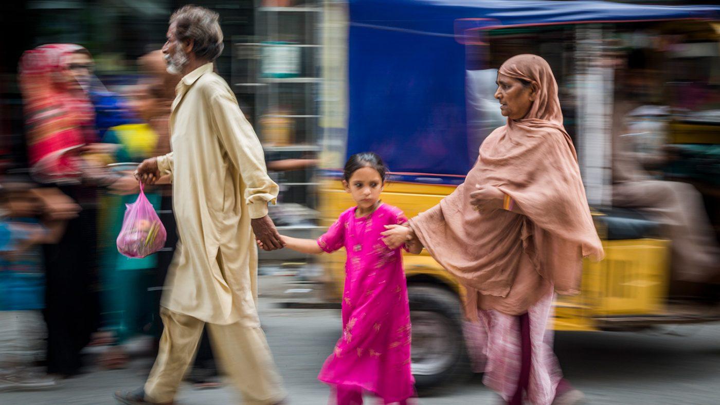 Zamurrad er avhenging av datteren og ektemannen for å krysse en travel vei.