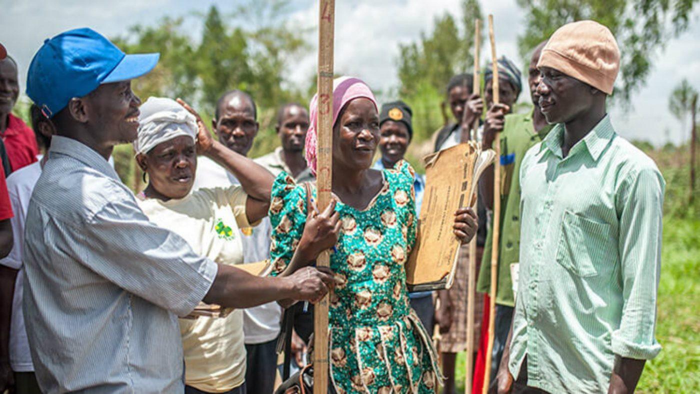 studenter lærer å bruke målestokker for å beregne medisindoser under medisinleverandørenes opplæringskurs ved Kibwoona helsesenter i Masindi, Uganda.