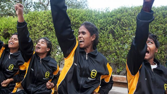 Kvinner lærer judo i India.