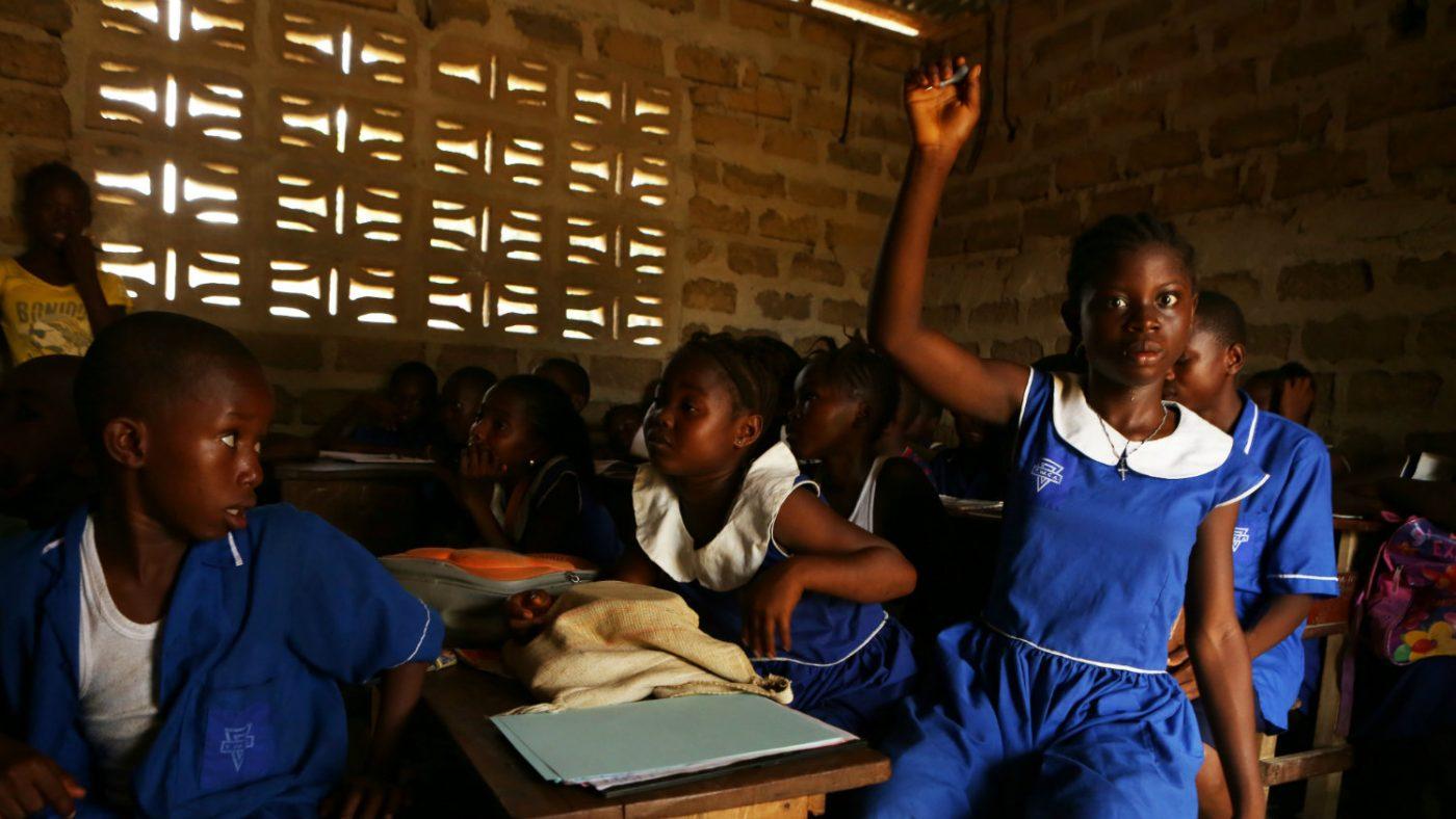 Jenneh reiser hånden sin i klassen.