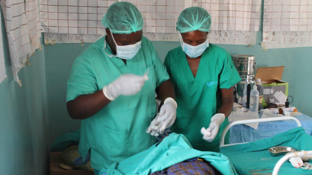 En operasjon i en Kakuma klinikk.