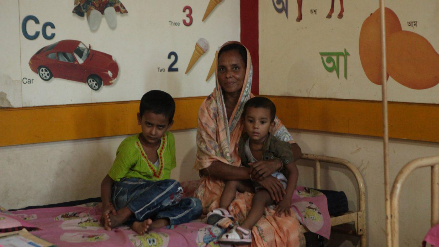 Mehidi sitter med familien sin og venter på operasjonen.