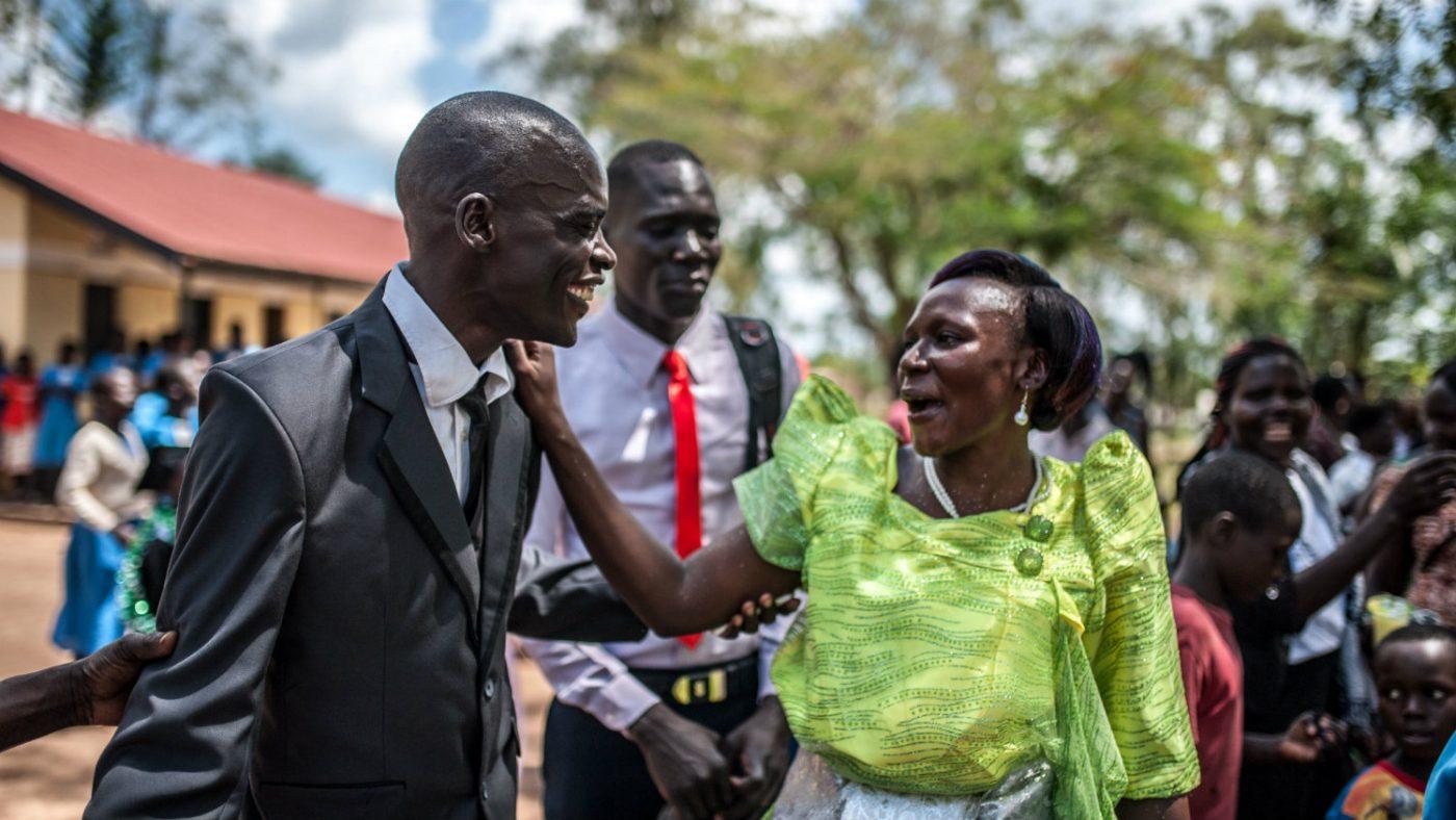 Simon Peter ler med slektninger og venner.