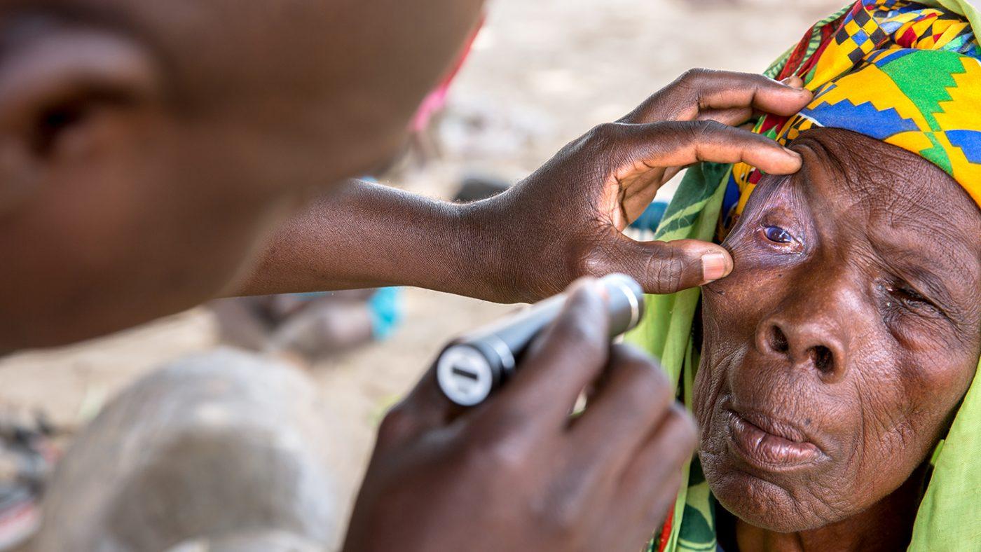 Sayon blir undersøkt av en helsearbeider fra Sightsavers i Mali.