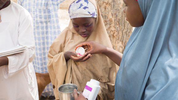 En jente i Kenya får medisin for å beskytte seg mot elveblindhet og lymfatisk filariasis.