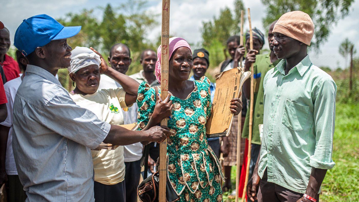 Studenter trener på å bruke målepinner for å beregne medisindoser i Masindi i Uganda.