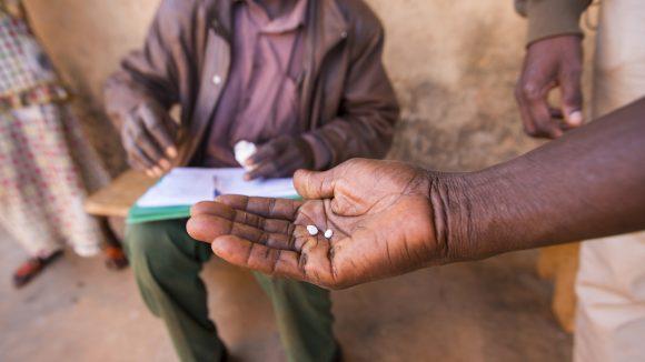 En hånd holder medisiner brukt til å behandle forsømte tropesykdommer.