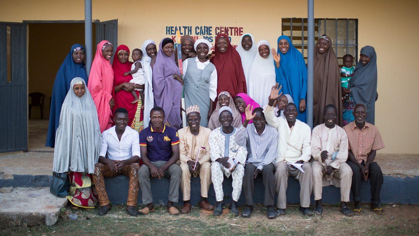 En gruppe samfunnsdistributører står utenfor opplæringsbygget deres i Nigeria.