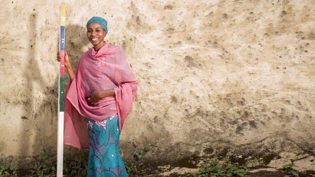 Baraka Ango står med en doseringspåle i Nigeria.