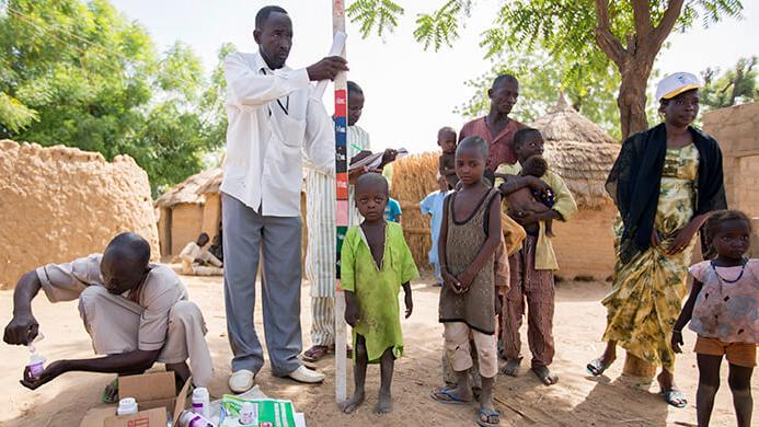 Barn i det nordlige Nigeria venter på å motta medisiner som en del av et massemedisineringsprogram for å behandle forsømte tropesykdommer.