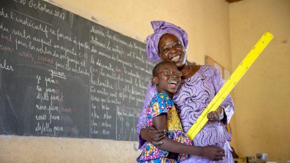 Mafoune fra Mali sammen med læreren sin.