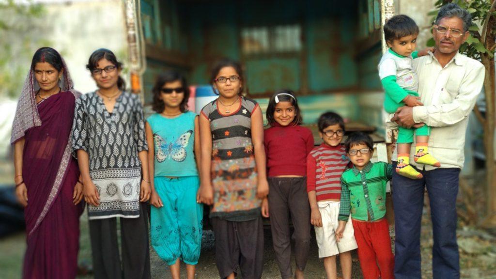 Yadav-familien står på rekke for et fotografi som viser dem alle i briller eller solbriller etter operasjonene deres.