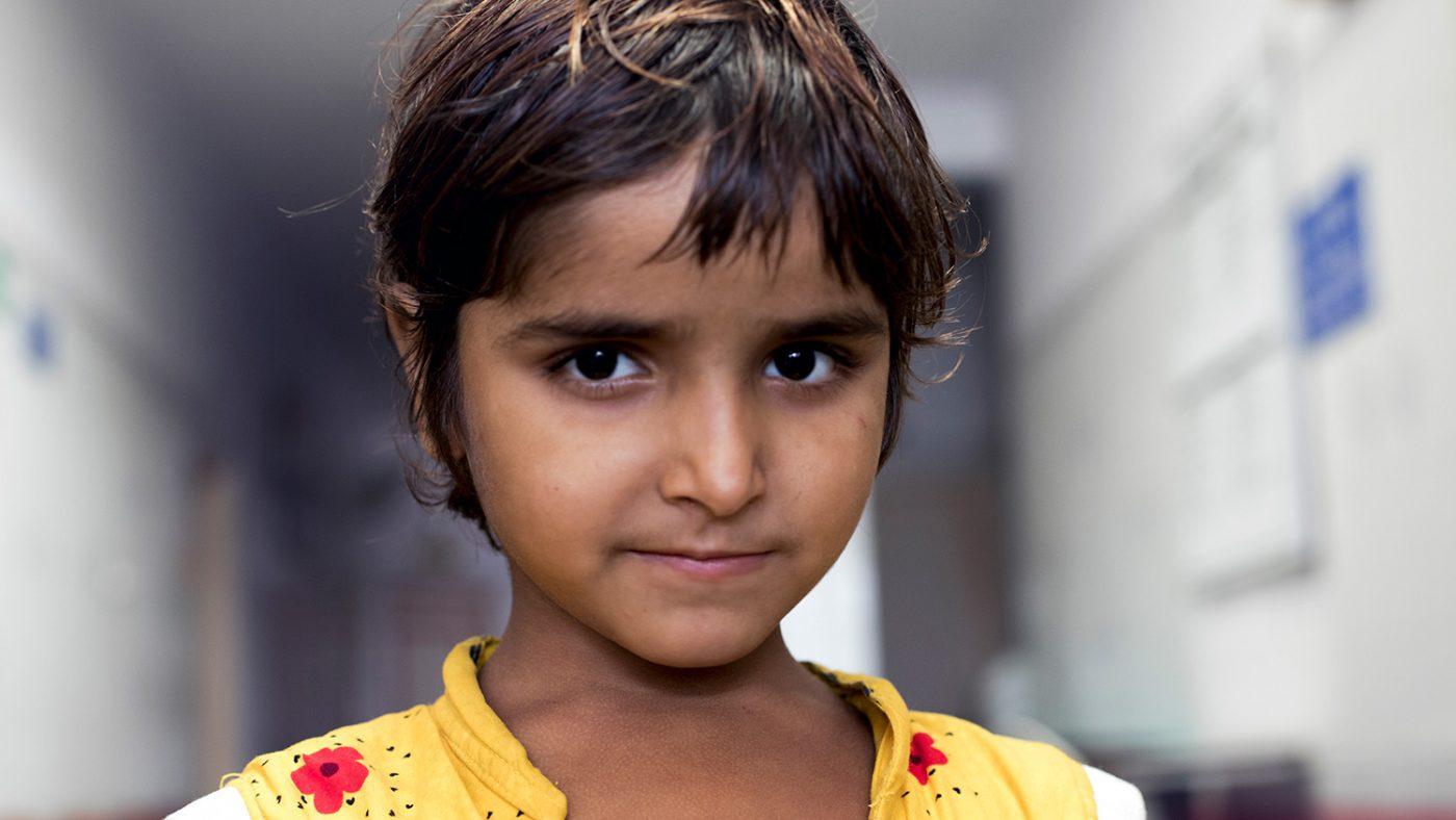 Unge Sakshi venter på operasjon, akkurat som søstrene.