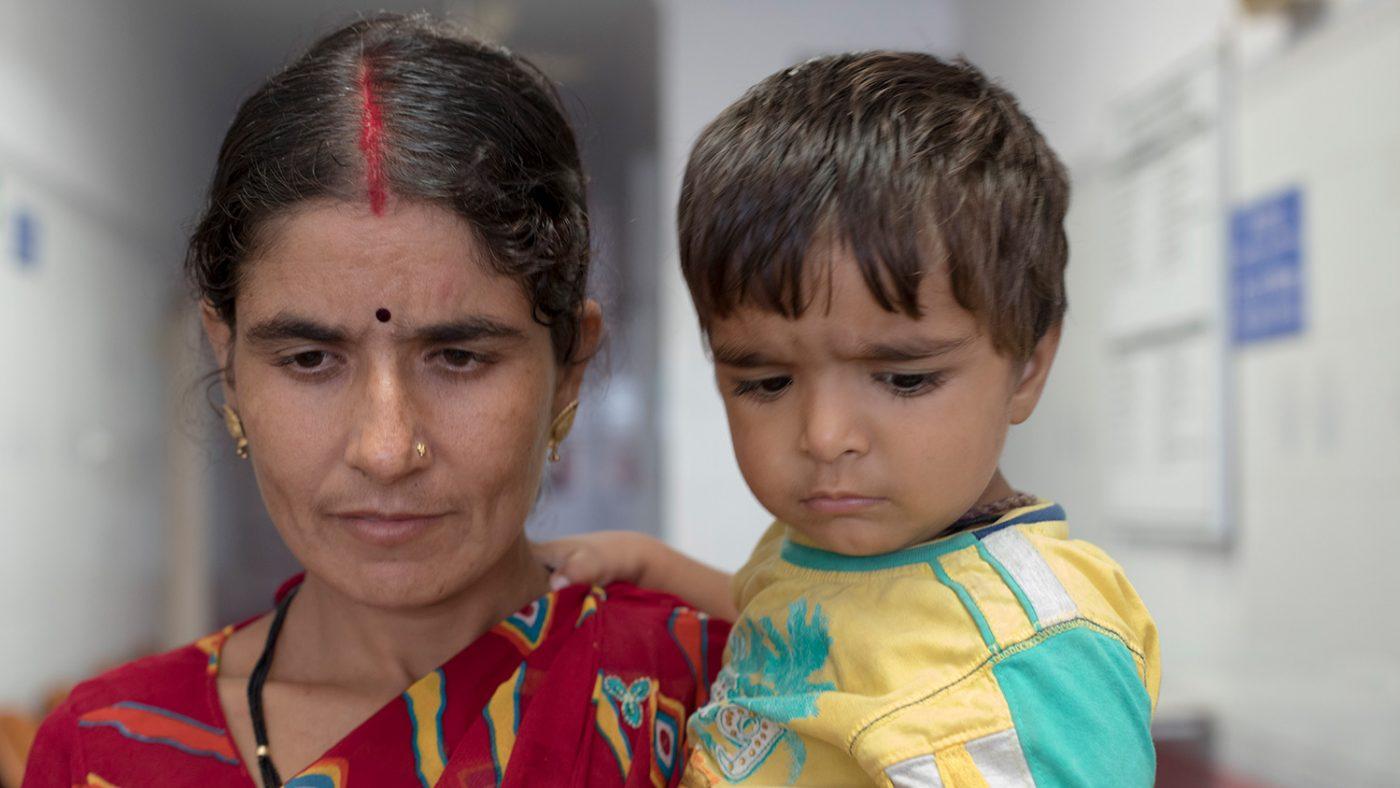 Chandrakala holder den yngste sønnen som også har grå stær.