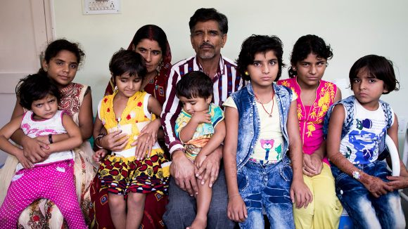 Alle de ni medlemmene av Yadav-familien sitter for et fotografi.