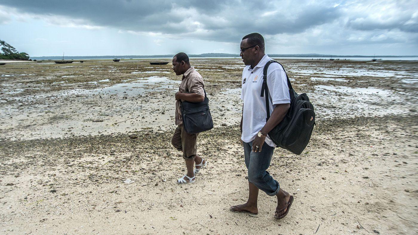 Dr Rajab (til høyre), øyehelsekoordinator på Ministry of Health, reiser til Tumbatu Island, Zanzibar for en dag med øyeundersøkelser.