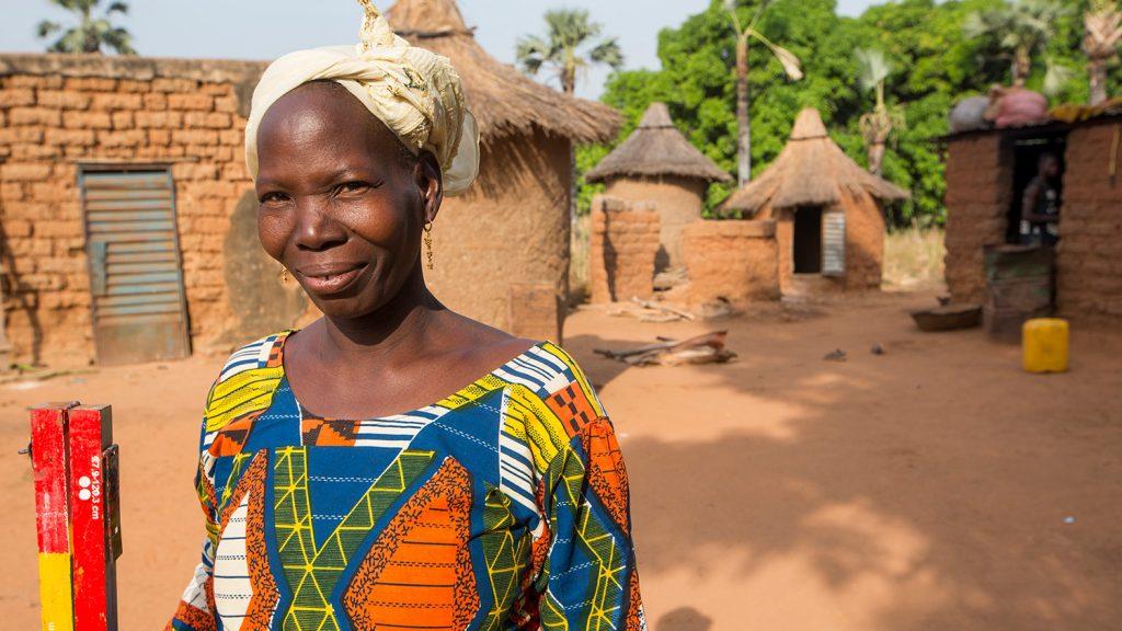 Mariam står i en landsbyen.