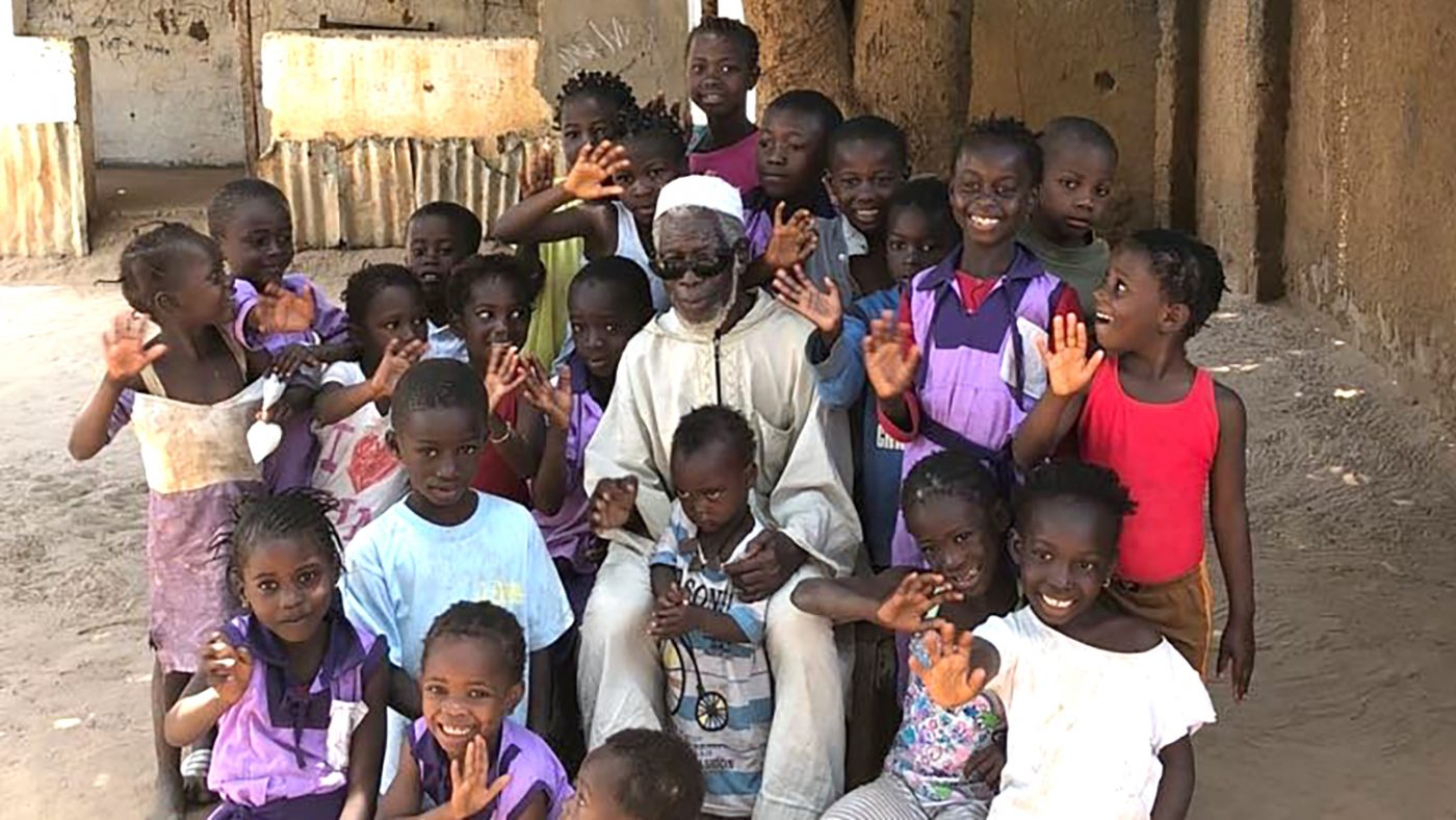 Yaya sammen med barn fra landsbyen