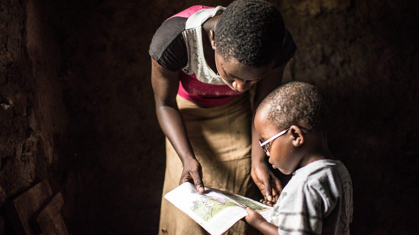 Criscents søster viser ham en av lærebøkene sine.
