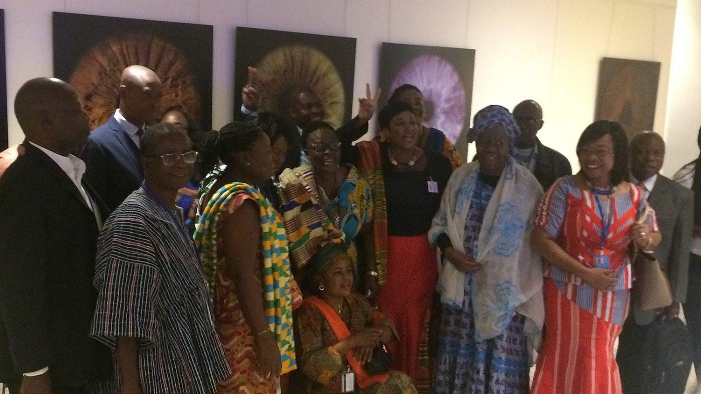Gertrude (i midten) feirer sammen med representanter fra Ghanas regjerning og Ghana Federation of Disability Organisations.