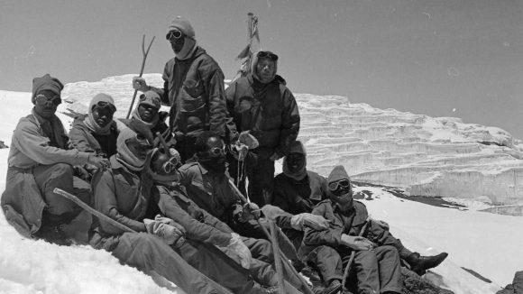 En gruppe klatrere med synshemmelser hviler etter å ha nådd toppen av Kilimanjaro i 1969.