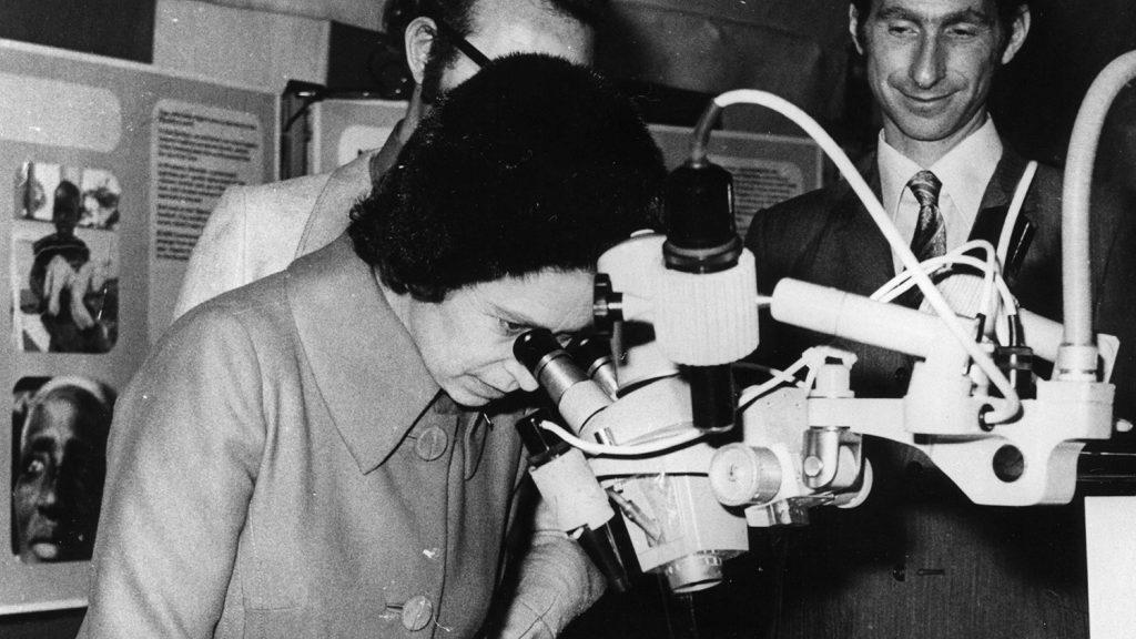 Dronningen besøker Sightsavers' kontor i 1971.