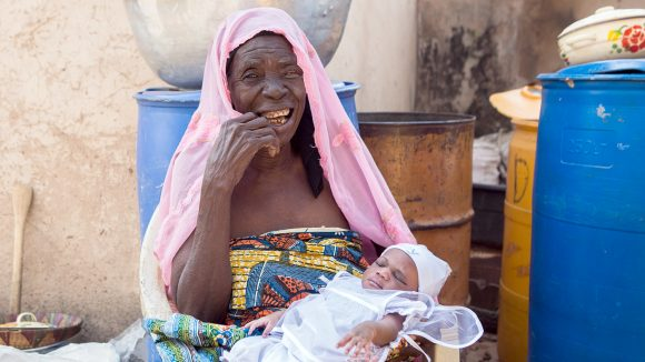 En kvinne med et barn.