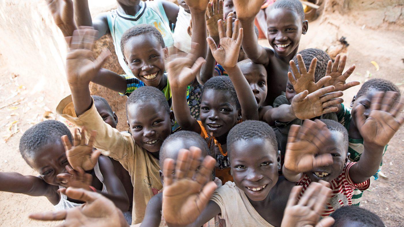 Feirende barn under den siste trakombehandlingskampanjen i Yendi, Nord-Ghana.