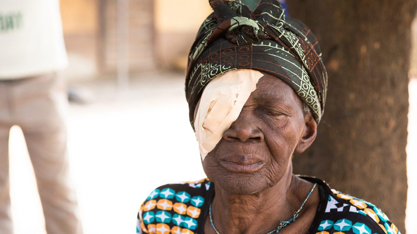 En kvinne med en lapp over øye.