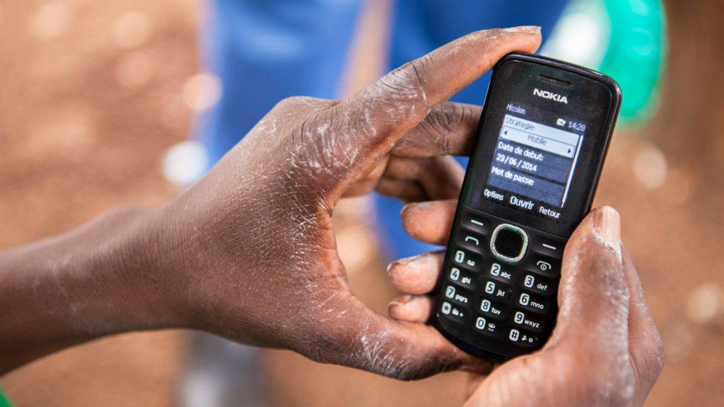 En mobiltelefon blir brukt til å samle inn informasjon.