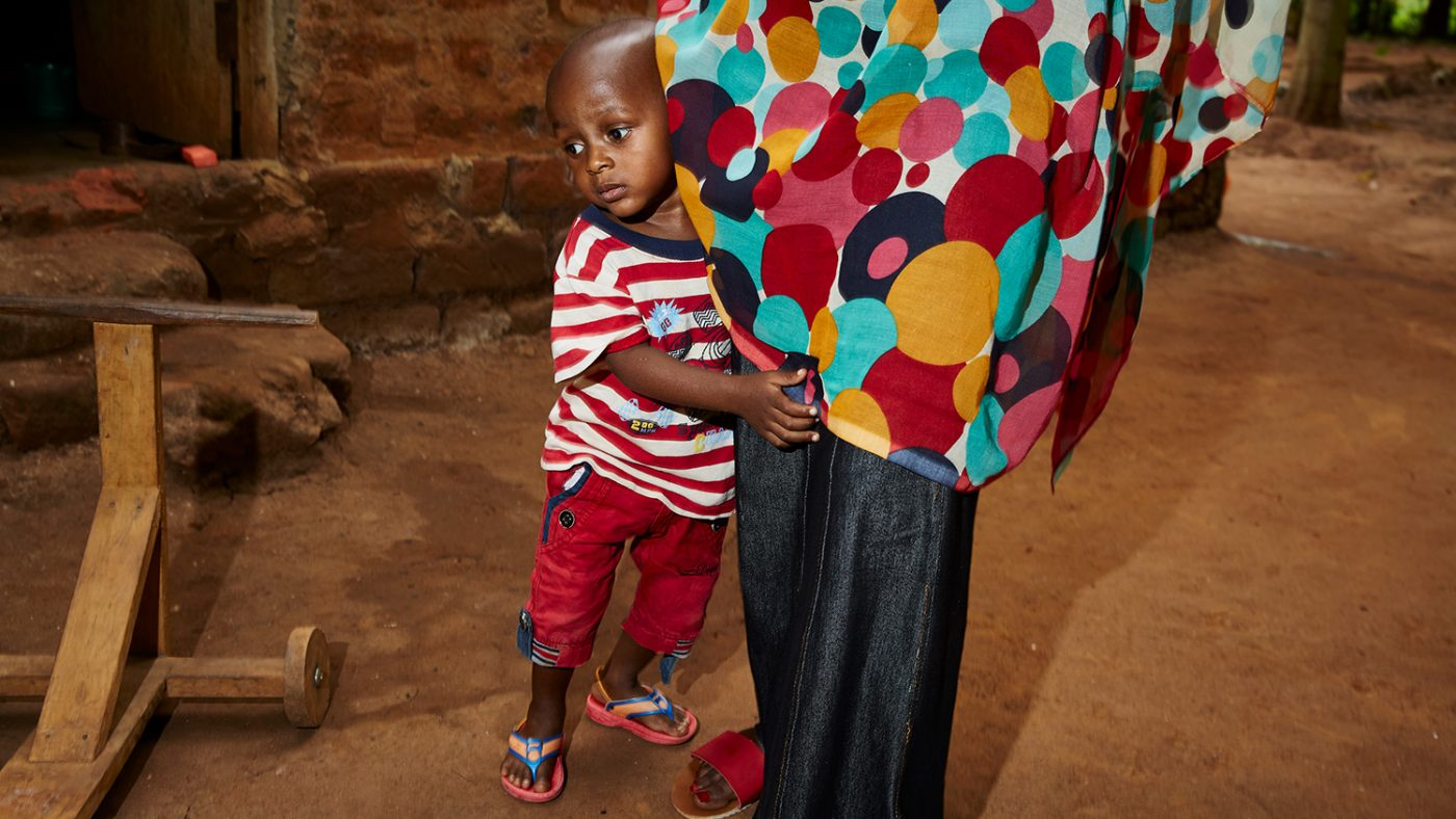 Baraka nekter å forlate morens side.